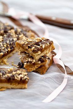 Mazurek chałwowo - orzechowy z czekoladą