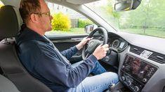Všimli jste si, jak se lidé vautech nemožně válí ašpatně drží volant? Špatná poloha řidiče za volantem nejen, že má velký podíl na vzniku naprosto zbytečných nehod, kdy řidič ztratí kontrolu nad vozem, ale je také nevhodná pro vaše zdraví amůžete si ipři malé bouračce ublížit. Vehicles, Car, Vehicle, Tools