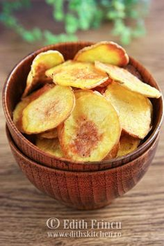 Homemade potato chips are better than store bought! The variations are endless, how about dusting with paprika, or smoked Spanish paprika? Or some BBQ seasonings to make BBQ chips? Just use your imagination. These tasty chips are best served warm. Oven Baked Chips, Baked Potato Oven, Baked Potatoes, Easy Appetizer Recipes, Snack Recipes, Snacks, Appetizers, My Favorite Food, Favorite Recipes