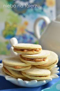 Kruche i delikatne ciasteczka maślane, składane po dwa, sklejone dulce de leche czyli naszą masą krówkową. Jednym ze składników ciasta jest ...