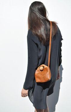 Simple style #leatherbag #leatherlove #leather #bag #brownleather #brownleatherbag #wishlist #leathergoods #minimalbag #simplebag #beautifulbag