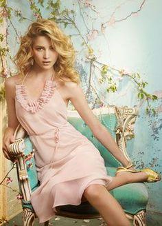 Delicado vestido de coctel en chiffon rosa palo sobre cashmere.