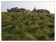 Bretagne - Finistère - Meneham à Kerlouan : sur la côte léonarde au sommet de la dune littorale : pour surveiller et prévenir de l'arrivée de ces maudits saxons... qui venaient régulièrement razzier la région...  avant l'entente cordiale. © Paul Kerrien http://toilapol.net