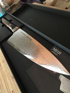76/5000  Bladesmith Bob Kramer, e o resultado é a revolucionária coleção de Meiji Best Kitchen Knife Set, Best Kitchen Knives, Handmade Chef Knife, Handmade Knives, Cool Knives, Knives And Swords, Pocket Knife Brands, Knife Drawing, Japanese Kitchen