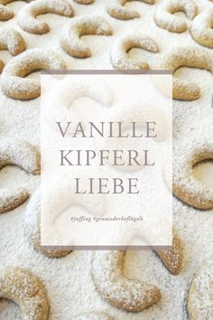 Unsere Liebe zum #Kekse #Backen und Naschen ist groß. Unser absolutes Lieblings-Rezept: #VANILLEKIPFERL. Zutaten: 200g Weizenmehl, 100g Zucker, 1 mittelgroßes Ei, 125g weiche Butter, 100g gemahlene Mandeln, 1 Ms Backpulver, Staubzucker zum Bestreuen. Zutaten zu glattem Teig kneten, bleistiftdicke Rollen formen, in 5 cm lange Stücke schneiden und zu Kipferl formen. Bei 180 Grad Ober-/ Unterhitze 10min backen, mit Staubzucker bestreuen und genießen. #keksebacken #christmas #genuss #juffing Bread, Tableware, Baking Cookies, Play Dough, Recipies, Dinnerware, Brot, Tablewares, Baking