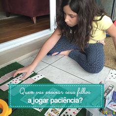Muitas vezes, na hora do tédio, uma dica bacana sentar com as crianças é jogar paciência ou outras atividades simples como forca, jogo da velha e stop.