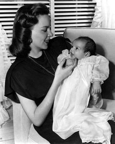 A pequena Liza Minnelli no colo de Judy Garland.