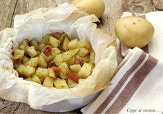 Le patate e pancetta al cartoccio sono un contorno stuzzicante e gustoso, le patate sono tagliate a cubetti, condite con pancetta ed erbette.