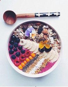 Un Acai Bowl à la banane, framboise et myrtille pinterest petit dejeuner été