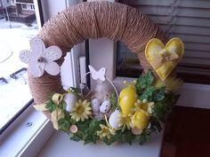 věnec velikonoce žlutý Burlap Wreath, Hanukkah, Wreaths, Home Decor, Decoration Home, Room Decor, Bouquet, Interior Decorating, Floral Arrangements