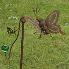 Deze van metaal gemaakte vlinders blijven door de groene glazen bol in balans. Door de wind zullen de vlinders op het scharnierpunt rond draaien.