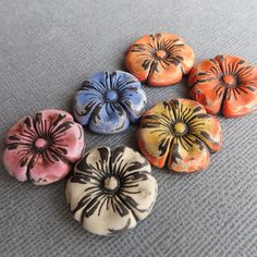 Perles fleurs en détresse. Fleurs colorées. Shabby Chic fleur perles. Fleurs en pâte polymère. par DandyBeads sur Etsy https://www.etsy.com/ca-fr/listing/290680937/perles-fleurs-en-detresse-fleurs