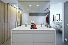 Molins Interiors // arquitectura interior - interiorismo - decoración - baño - bathroom - dormitorio - suite - master - room - open space - white - blanco - roble - oak - tocador - dresser - dressing table - mirror - espejo