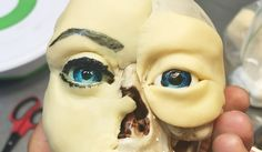 How to paint a realistic eye on fondant or gumpaste for when you need to make a face for your cake :) If you want to learn more about anatomy sculpting, sign. Fondant Flower Cake, Fondant Bow, Fondant Cakes, Chocolate Fondant, Modeling Chocolate, Artisan Cake Company, Fondant People, Fondant Figures Tutorial, Sculpted Cakes