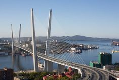 Vehicles pass over Golden Bridge in Vladivostok, in Russia's Far East, in September last year. Sources say Japan and Russia have decided to create a ¥100 billion fund to be used for development projects in Russia, including in the Far East port city.