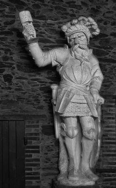 Copie d'une des statues du fronton de la Cathédrale Saint Maurice d'Angers, la statue emblématique du domaine vous accueille à l'entrée de la cave.