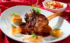 Lammstelze mit Gemüsegröstl und Polentaschnitte • Rezept • GUSTO.AT
