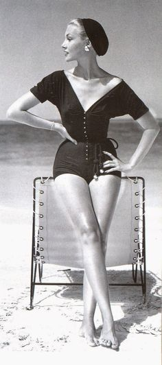 Retro Fashion 'Claire McCardell's effortless, modern playsuit, buttoning at the front, tied at the waist and worn with a beret.' Photo by John Rawlings, [[beret to the beach? why not? Claire Mccardell, 1950s Style, Foto Fashion, Fashion History, Vogue Fashion, Beach Fashion, Fashion Goth, Fashion 2017, Dress Fashion