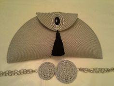 This Pin was discovered by Ing Diy Handbag, Diy Purse, Bow Clutch, Diy Bags Purses, Boho Bags, Handmade Handbags, Fabric Bags, Crochet Purses, Cute Bags