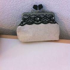 Nouvelle création Nany'n Pochette en toile de coton avec dentelle chantilly noir fermoir en métal.  #pochette #wedding # #lace #fashion #accessory #madeinfrance #faitmain #mariée #robe #soie #dentelle #soirée #accessoires #dentellechantilly.