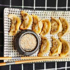 Kinesiska dumplings är små knyten med goda fyllningar. Här visar vi hur du lyckas med hemmagjorda dumplings.