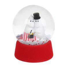 Beautiful Moomin themed snowglobe cheers up your winterdays. Features Moominmamma and Moominpappa. Diameter 80mm. Perfect as a gift!Kaunis Muumi-teemainen lumipallo, joka piristää talvipäiviääsi. Täydellinen lahjaksi!Vacker Mumin snöglob piggar upp dina vinterdagar. Perfekt som gåva!