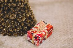 https://flic.kr/p/NwE851 | Gold christmas tree and a present | Get more free photos on freestocks.org