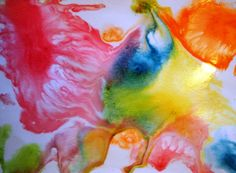 sokerimaalaus: Laveeraa alustaansa kulmista teipattu paperi sokerivedellä (kuumennettu kattilassa kirkkaaksi, mittasuhde 1:1 ja jäähdytetty). Tiputtele sitten väriä mehupillillä, pipetillä tai siveltimellä. Värien leviämistä on mukava seurata. Sokerivesi antaa väreille aikaa levittyä paperille. Se antaa myös kauniin kiillon maalaukselle.