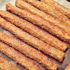 Сырные палочки с кунжутом подойдут вместо хлеба к любому блюду. Рецепт простой и проверенный.