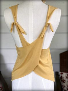 Via Free People Hey Everyone, I hope you are all well and pushing though this very challenging time in our lives. T Shirt Hacks, T Shirt Diy, Old T Shirts, Cut Shirts, Band Shirts, Shirt Alterations, Shirt Transformation, Sewing Shirts, Diy Clothing