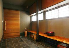 木のベンチを据え付けた玄関 Traditional Japanese House, Home Porch, Entrance Doors, Mudroom, Home Projects, Coffee Shop, House Design, Interior Design, Architecture