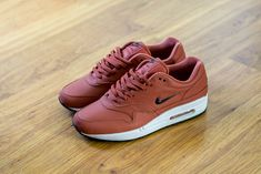 Check out this pickup video of the Nike Air Max 1 Premium SC Dusty Peach. Find out where you can still buy a pair of these Nike Air Max 1s online!