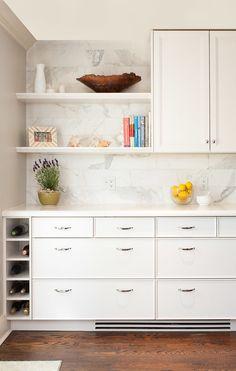 Large format marble tile backsplash