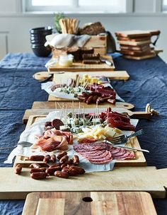 Add a variety of meats and cheeses to create a tasty charcuterie board. Christmas Brunch, Holiday Dinner, Tapas, Appetizer Recipes, Appetizers, Party Food Platters, Charcuterie And Cheese Board, Brunch Table, Meat And Cheese