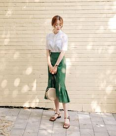 55 Awesome Midi Skirt Design Ideas That You Can Copy Right Now Style Ulzzang, Ulzzang Fashion, Asian Fashion, Modest Fashion, Women's Fashion Dresses, Skirt Fashion, Mode Simple, Minimalist Fashion, Minimalist Chic