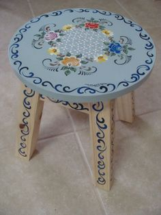 banquinho de madeira pintado a mão, com a técnica bauernmalerei Hand Painted Stools, Hand Painted Furniture, Handmade Furniture, China Painting, Tole Painting, Painting On Wood, Home Crafts, Diy And Crafts, Arts And Crafts