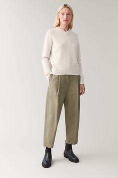 Cos Outfit, Green Pants Outfit, Color Khaki, Khaki Green, Cos Fashion, Fashion Outfits, Spring Fashion, Cos Looks, Trouser Outfits