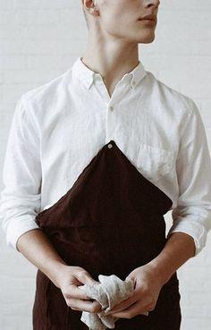 Ouur by KINFOLK バリスタエプロン。 シャツのボタンにつけることができるエプロンです! 前部分は折りたためるので、腰下だけでカフェエプロン風にも使用可能です。
