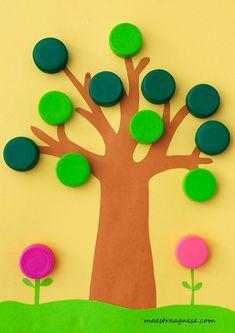L'albero in primavera con i tappi di plastica