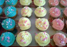 Cup cakes de distintos colores y sabores de AmArt Bakery//Cup cakes of different colors and flavors