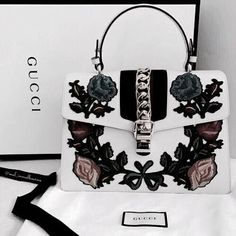 Find tips and tricks, amazing ideas for Gucci purses. Discover and try out new things about Gucci purses site Gucci Fashion Show, Fashion Bags, Luxury Fashion, 90s Fashion, Fashion Purses, Fashion Handbags, Trendy Fashion, Style Fashion, Fashion Ideas