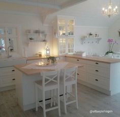 and Charme Love the counter stools in white and the calm and serene palet., Shabby and Charme Love the counter stools in white and the calm and serene palet., Shabby and Charme Love the counter stools in white and the calm and serene palet. Cocina Shabby Chic, Shabby Chic Kitchen, Country Kitchen, New Kitchen, Kitchen Decor, Kitchen Shelves, Shabby Home, Kitchen White, Kitchen Layout