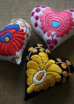 Hungarian Embroidery Stitch Matyo style embroidery from Hungary handmade pincushions - Matyo style embroidery from Hungary handmade pincushions Embroidery Stitches, Embroidery Patterns, Hand Embroidery, Machine Embroidery, Vintage Embroidery, Club Couture, Bordados E Cia, Hungarian Embroidery, Textiles