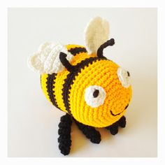 Virkad Humla med gratis mönster sveaspunkt Crochet Bee, Crochet Faces, Love Crochet, Crochet Animals, Crochet Crafts, Crochet Toys, Textiles, Knitting Projects, Mobiles