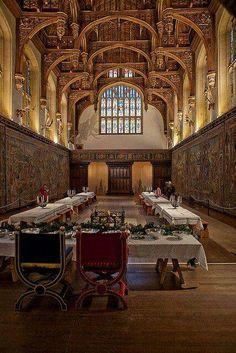 Imagem do luxuoso Great Hall no Palácio de Hampton Court. Neste salão, Henrique VIII promoveu seus eventos na corte, abastecidos com finas bebidas e comidas, ao longo de cinco dos seus seis matrimônios.
