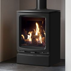 Elegantly styled to fit equally well in either contemporary or traditional settings alike, the Gazco Vogue Midi Black Glass Lining Natural Gas Conventional Flue Stove features a cast iron door and top plate with refined curves and bevelled edges. Gas Log Burner, Wood Burner Fireplace, Craftsman Fireplace, Wooden Fireplace, Fireplace Bookshelves, Cast Iron Fireplace, Home Fireplace, Fireplaces, Fireplace Ideas