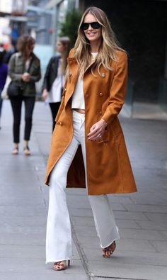 Elle Macpherson looked amazing in a seventies-inspired ensemble with 'The Body' flaunting her supermodel figure while out and about in London on Thursday Work Fashion, Denim Fashion, Fashion Advice, Street Fashion, Fashion Ideas, Women's Fashion, Elle Macpherson, Victoria Beckham, Hotels In New York