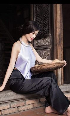 Discover recipes, home ideas, style inspiration and other ideas to try. Beautiful Vietnamese Women, Beautiful Asian Women, Vietnamese Traditional Dress, Traditional Dresses, Ao Dai, Vietnamese Clothing, Beautiful Long Dresses, Cute Beauty, Glamour