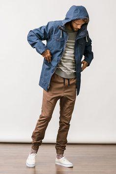 スポーツミックススタイル、アスレジャースタイルの台頭によって、すっかりおなじみとなった「ジョガーパンツ」。足元にスニーカーをあわせたスタイルとの相性は抜群なのは言うまでもない上に、コーディネートの幅はカジュアルからジャケットスタイルまで幅広い。今回はジョガーパンツにフォーカスして注目の着こなし&アイテムを紹介! ジョガーパンツ×スリッポンコーデ ブラウンのジョガーパンツにダークブラウンのスリッポンを合わせてグラデーションを表現したリラックスコーディネート。トップスにブラックのロングスリーブを合わせて締まりのある印象に。  aliexpress Akademiks PANTS 2000年にNYCにてスタートしたブランド「Akademiks(アカデミクス)」。コットン100%の生地で仕立てられたジョガーパンツ。ウエストにもゴムベルトを採用。  詳細・購入はこちら ジョガーパンツ×ランニングスタイル その名の通り、ジョギングスタイルにジョガーパンツを合わせたスポーティなスタイリング。ボトムはダークトーンで固めながら、トップスにブルーのカットソーをチョイスしてアクセントをプラス。...
