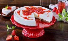 Eine erfrischende Tortemit einem schokoladigen Boden und Erdbeer-Rhabarber-Grütze als Topping